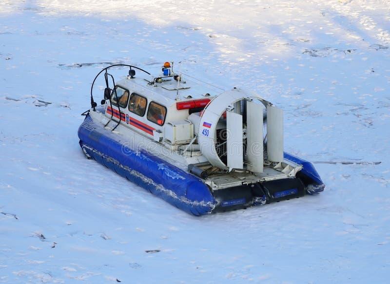 Reddingsboot van het Ministerie van Noodsituatiesituaties op ijs in wi royalty-vrije stock afbeelding