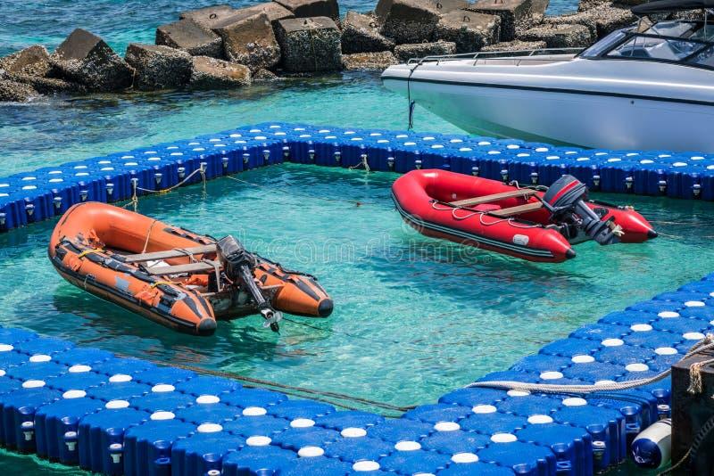 Reddingsbootboot in de zeehaven royalty-vrije stock foto