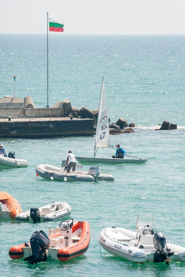 Reddingsboten bij het varen competities in Pomorie bulgarije stock afbeeldingen
