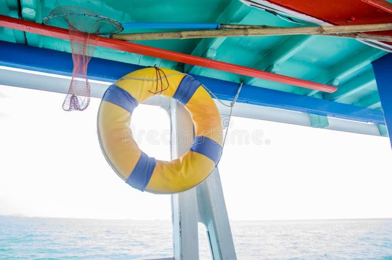 Reddingsboten in boten voor toeristen worden gehangen die royalty-vrije stock fotografie