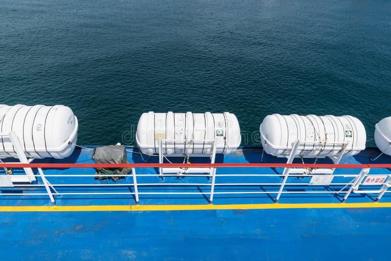 Reddingsboten op een veerboot met mening aan de oceaan, Jeju-Eiland, Zuid-Korea royalty-vrije stock fotografie