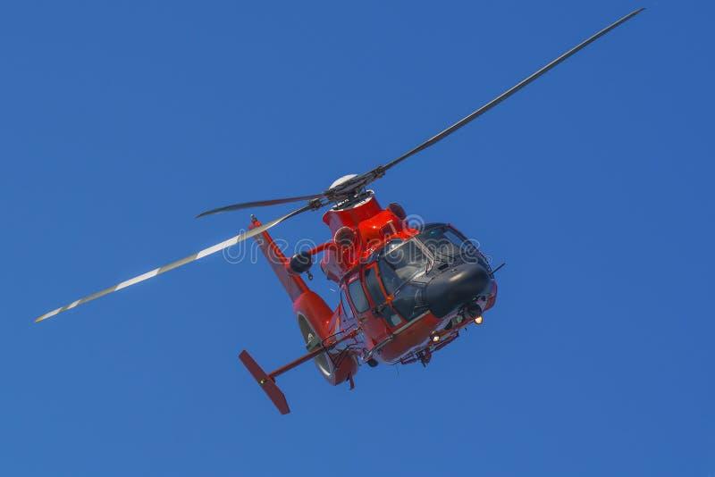 Reddingshelikopter tijdens de vlucht royalty-vrije stock afbeelding