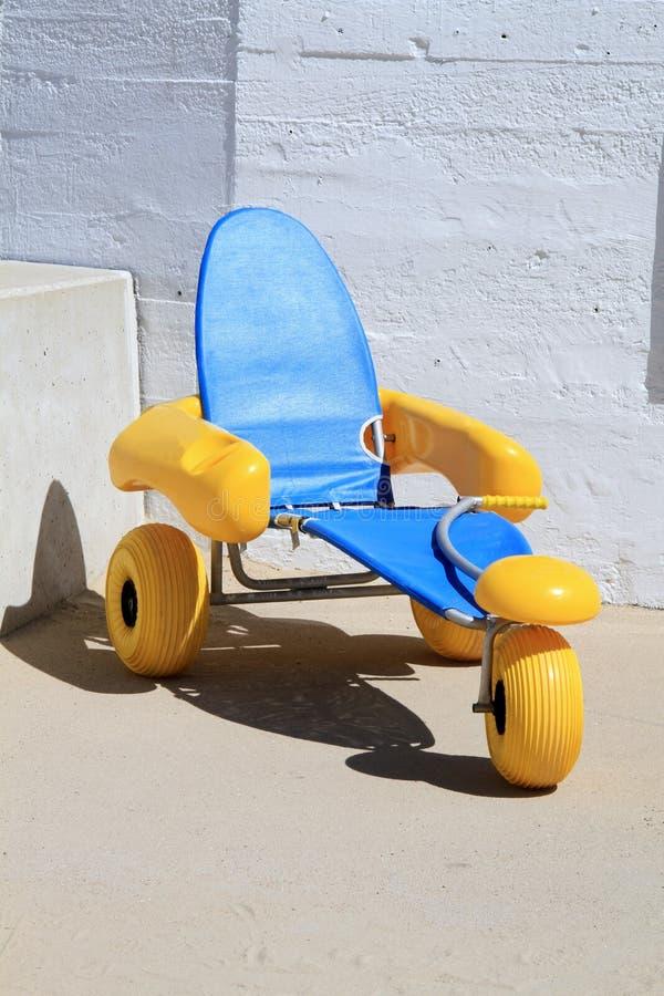 Reddingsrekken met brede wielen voor het strand stock foto's