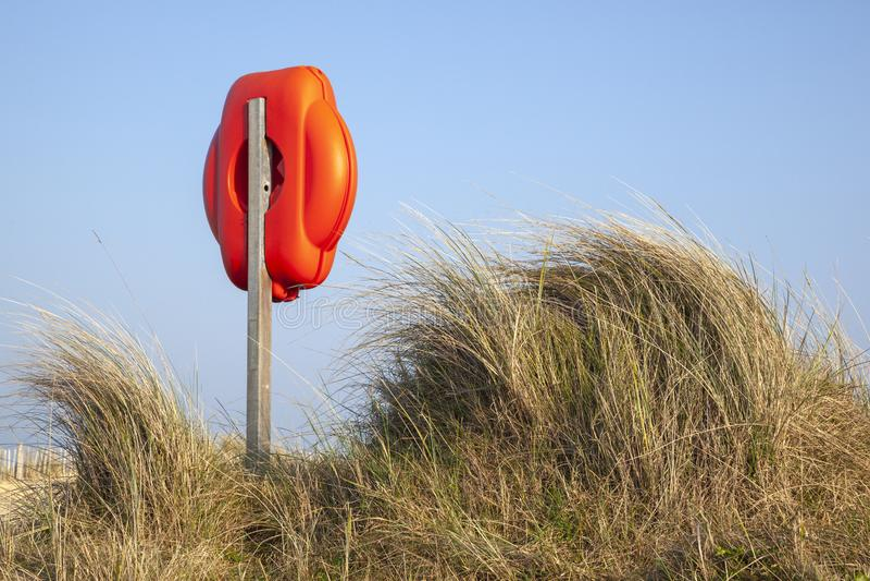 Reddingsring onder de grassen, Walberswick-strand, Suffolk, Engeland royalty-vrije stock fotografie
