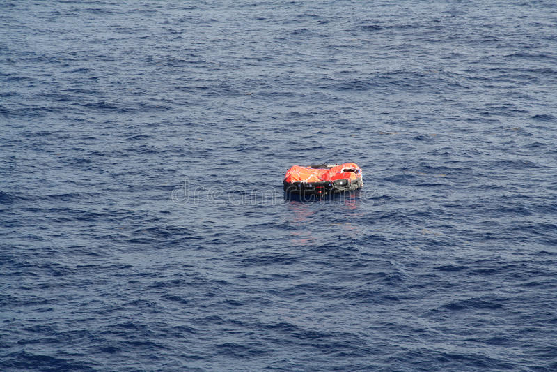 Reddingsvlot op drift op de Oceaan stock fotografie