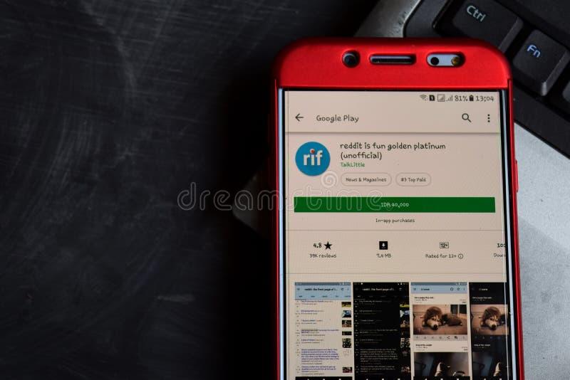 Reddit é o colaborador não oficial app da platina dourada do divertimento na tela de Smartphone imagens de stock