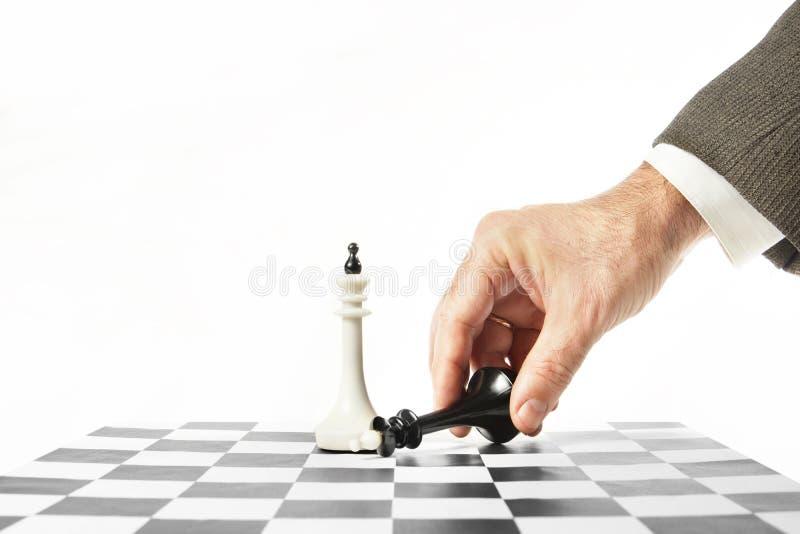 Redditions d'homme dans le jeu d'échecs Concept de défaite photographie stock