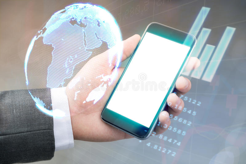 Reddito del controllo dello smartphone di uso dell'uomo d'affari dal worl di borsa valori immagine stock libera da diritti
