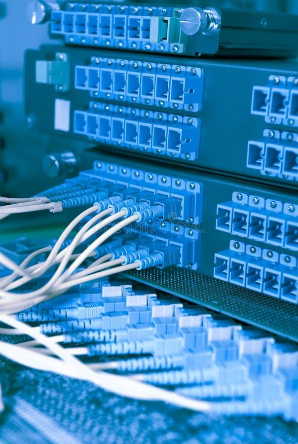 A rede óptica da fibra cabografa o painel de remendo fotos de stock