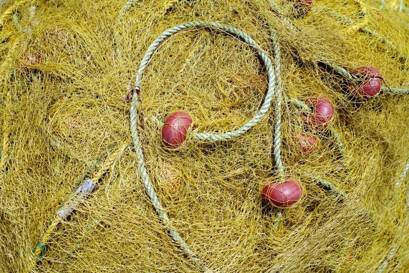 Rede amarela para pescar com corda e benefícios vermelhos fotos de stock
