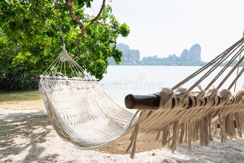 Rede branca vazia na praia de Krabi Railey que negligencia o porto e as montanhas, Tail?ndia foto de stock royalty free