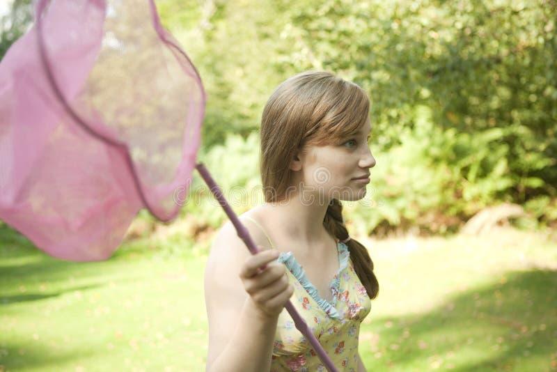Rede da borboleta da terra arrendada da menina foto de stock royalty free