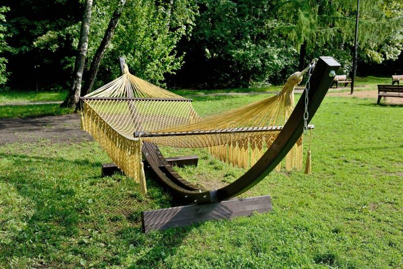 Rede da corda em apoios de madeira no parque fotos de stock