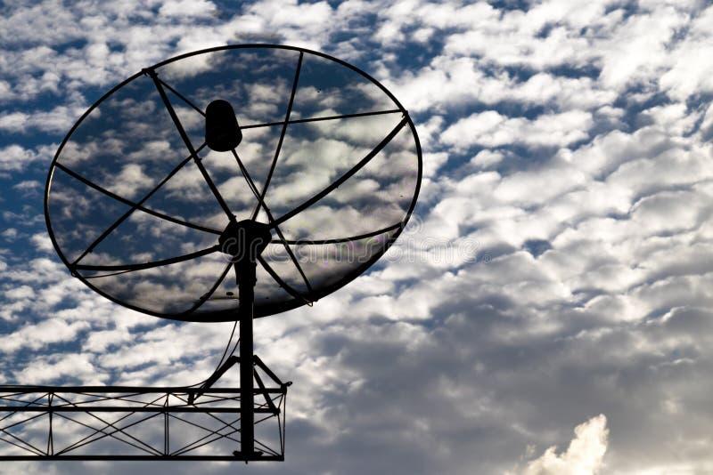 Rede da tecnologia de comunicação das antenas parabólicas com sol e a nuvem branca no fundo fotografia de stock