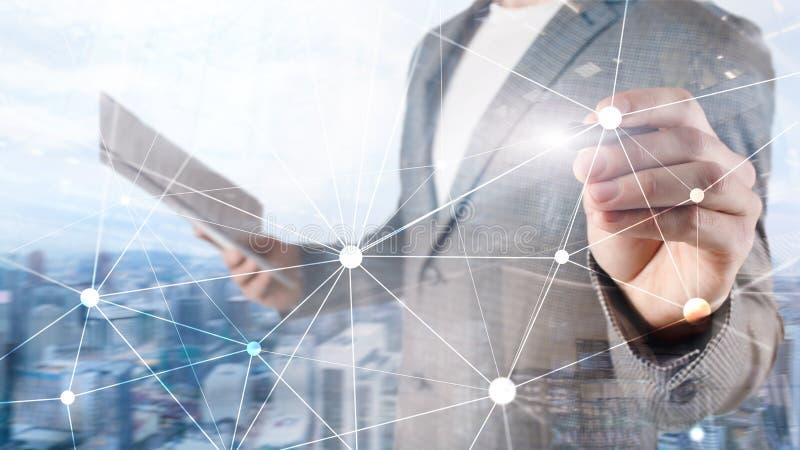 Rede de Blockchain no fundo borrado dos arranha-céus Conceito financeiro da tecnologia e da comunicação imagens de stock royalty free