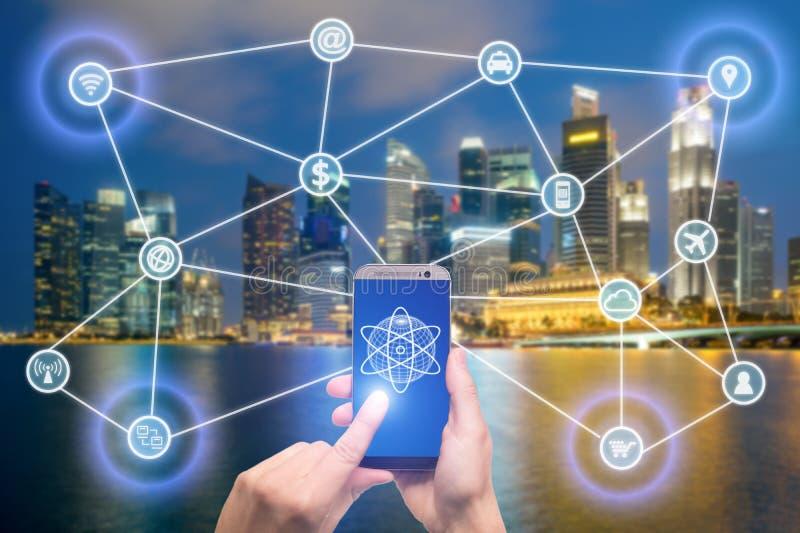 Rede de dispositivos móveis conectados tais como o telefone esperto, tabuleta, fotos de stock