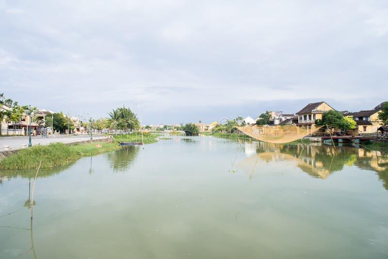 A rede de pesca amarela dourada suspendeu sobre Thu Bon River em Hoi An, Vietname fotos de stock