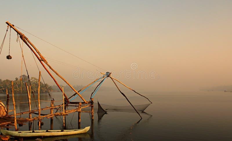 Rede de pesca chinesa em marés de Kochi, India fotografia de stock