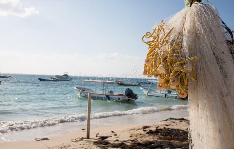 Rede de pesca na praia das caraíbas foto de stock royalty free