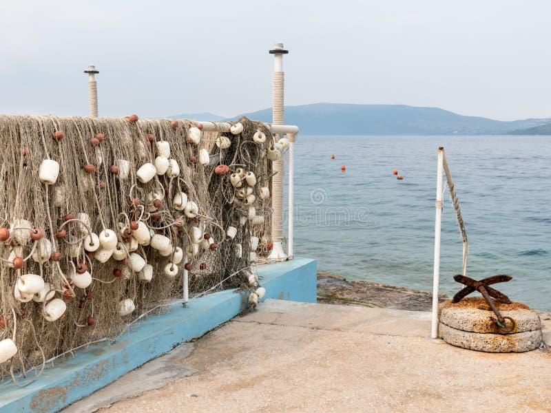 Rede de pesca que pendura para secar perto do mar imagem de stock royalty free