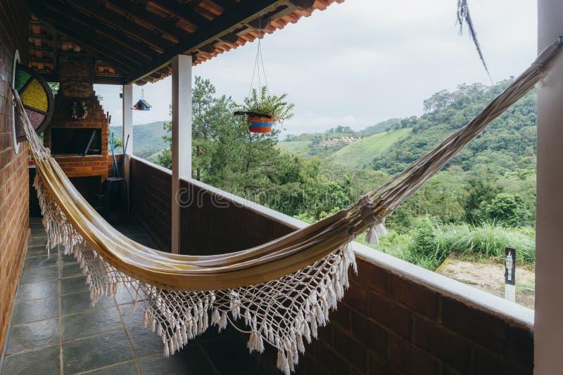Rede de relaxamento no ajuste tropical fotografia de stock royalty free