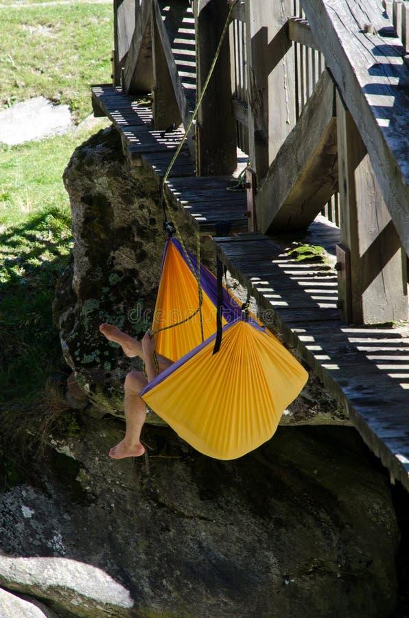 Rede de suspensão de descanso do montanhista de rocha fotografia de stock royalty free