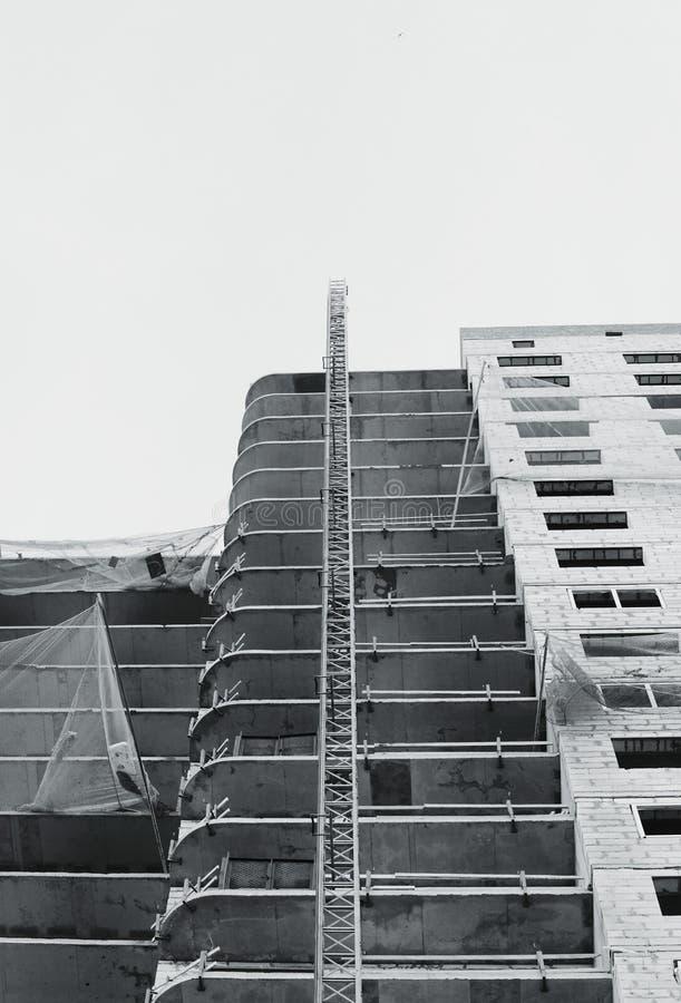 a rede de travamento protetora preto e branco da grade amarra o tempo do protetor na construção de uma casa recentemente de const ilustração do vetor