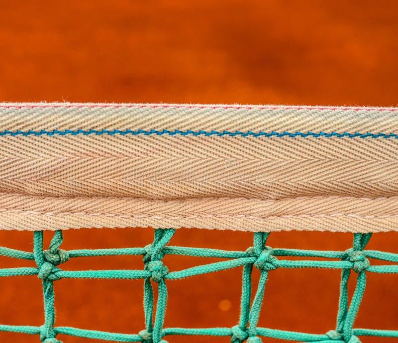 Rede do campo de tênis na corte de argila fotografia de stock royalty free