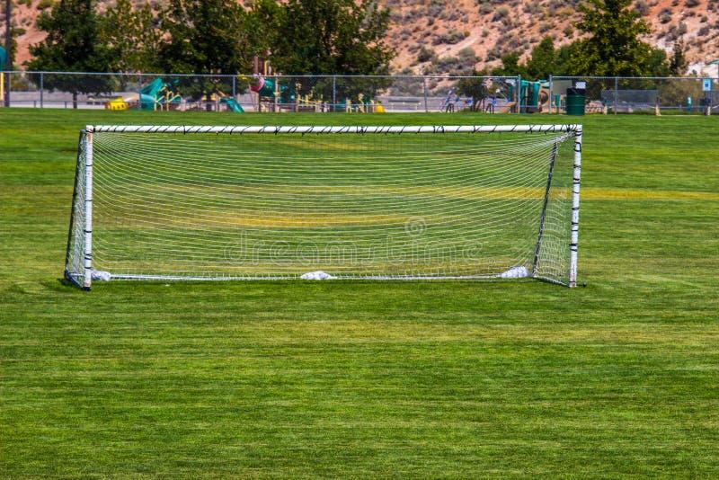 Rede do futebol no campo aberto imagens de stock