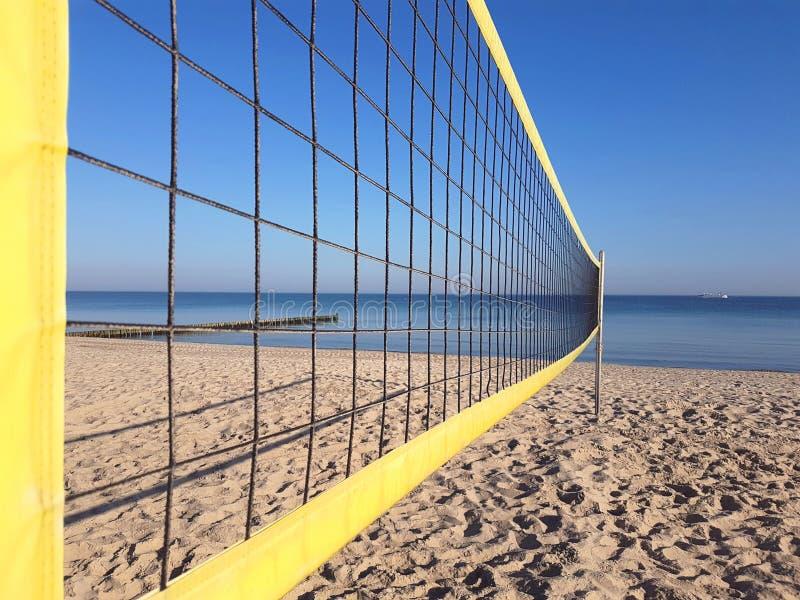 Rede do voleibol na praia foto de stock