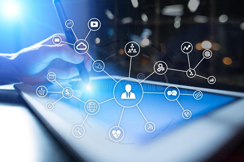 Rede dos meios e conceito sociais do mercado na tela virtual Tecnologia do Internet e do negócio SMM fotos de stock royalty free