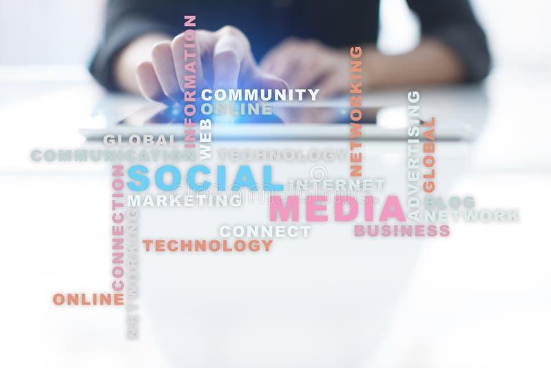 Rede e mercado sociais dos meios Negócio, conceito da tecnologia Nuvem das palavras na tela virtual fotos de stock royalty free