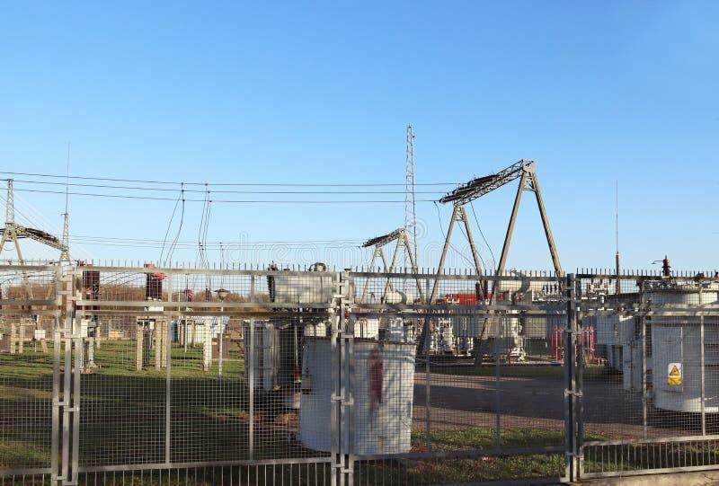 Rede elétrica de alta tensão da subestação do transformador Energia industrial Estruturas do metal no aberto Isoladores e cabo fotos de stock royalty free