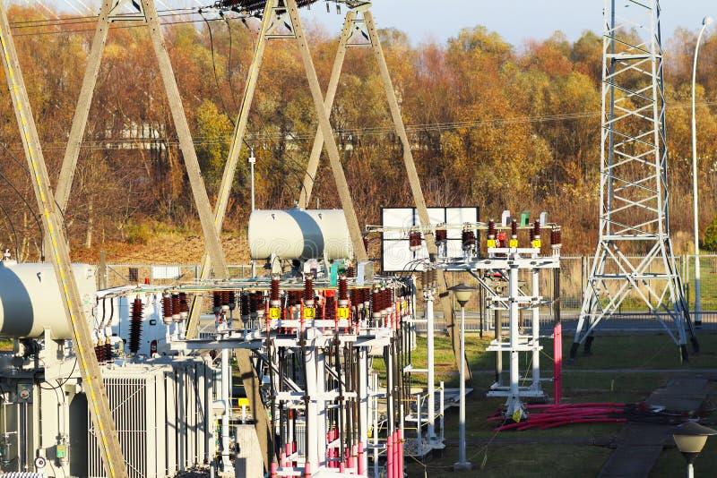 Rede elétrica de alta tensão da subestação do transformador Energia industrial Estruturas do metal no aberto Isoladores e cabo fotos de stock