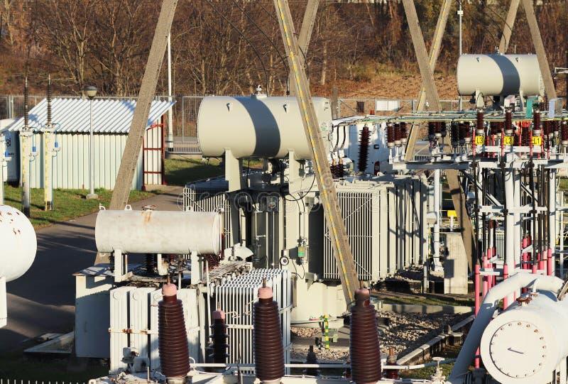 Rede elétrica de alta tensão da subestação do transformador Energia industrial Estruturas do metal no aberto Isoladores e cabo imagens de stock