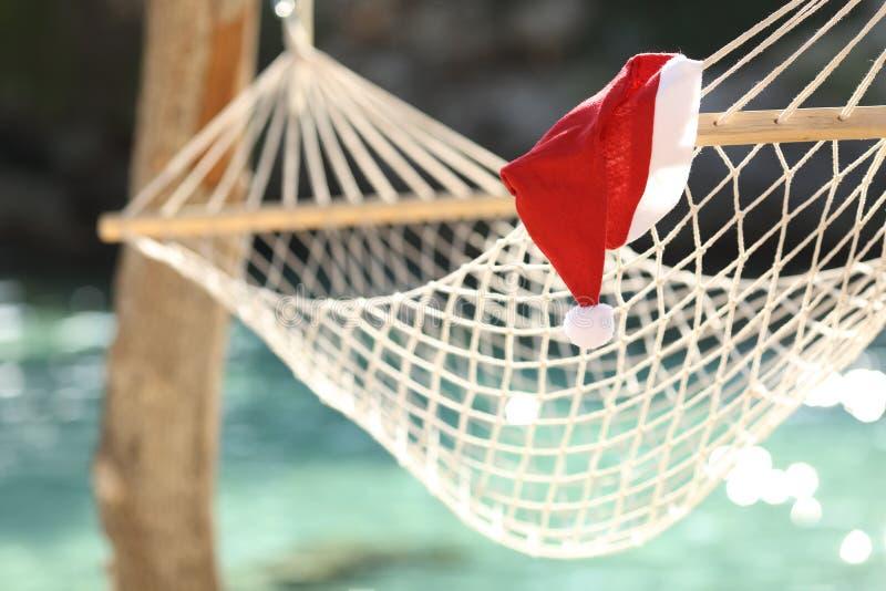 Rede em uma praia tropical em feriados do Natal imagens de stock