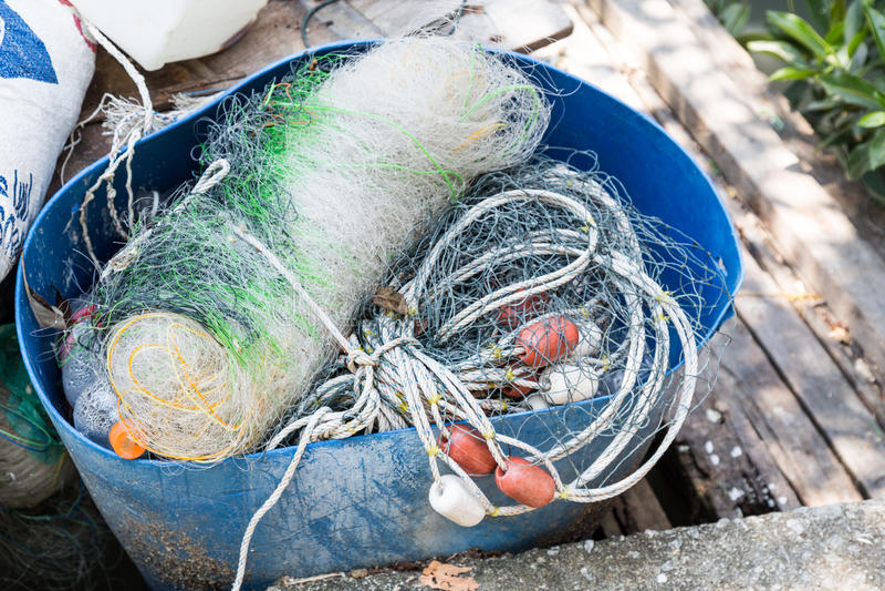 Rede, flutuador tradicional e corda do pescador dobrados acima foto de stock royalty free