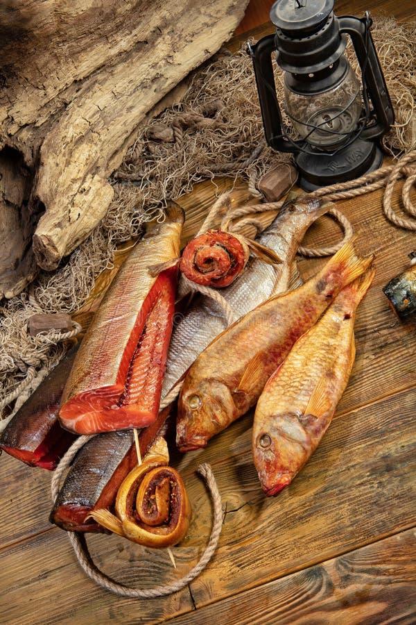 Rede fumado dos peixes e de pesca foto de stock royalty free