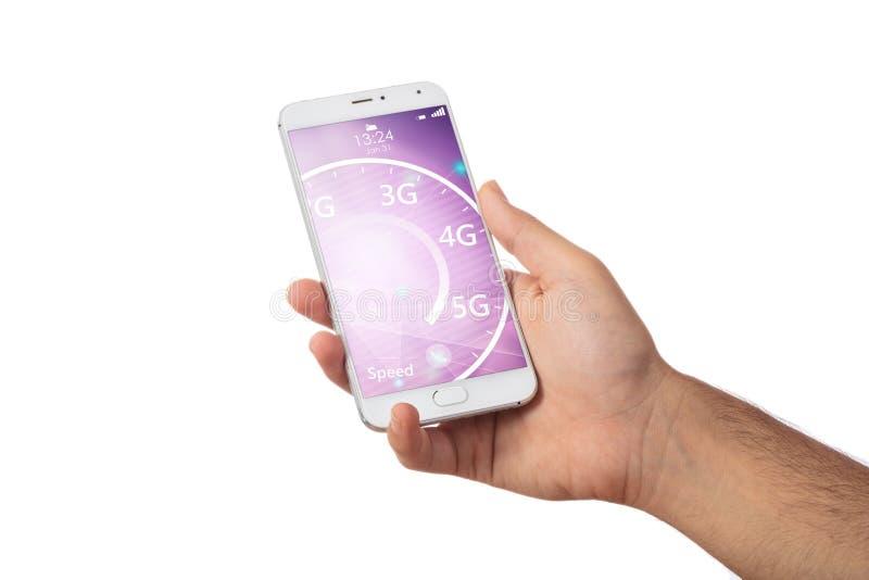 rede 5G de alta velocidade Mão que mantém um smartphone isolado contra o fundo branco fotografia de stock royalty free