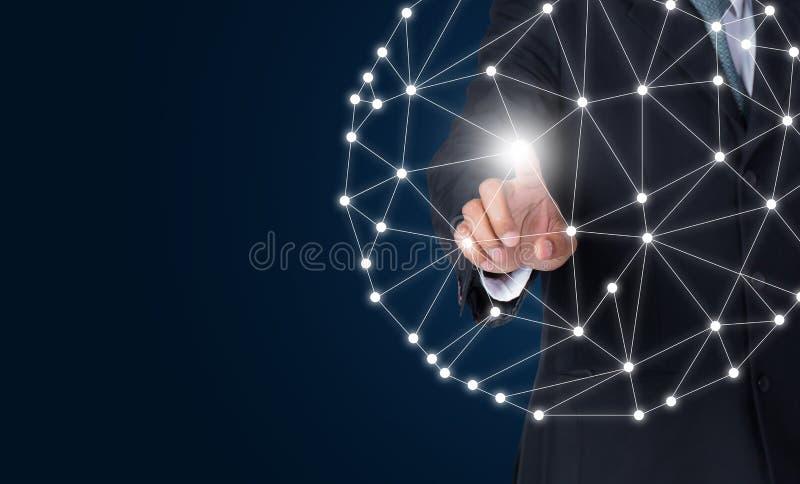 Rede global do homem de negócios e trocas de dados tocantes da conexão imagem de stock royalty free