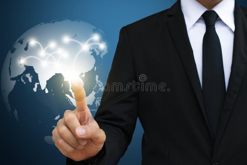 Rede global tocante do homem de negócios uma comunicação e m social imagem de stock