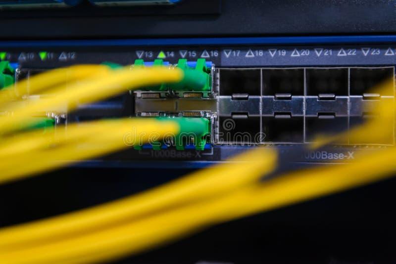 Rede informática da tecnologia da informação Interruptor e cabos ethernet de rede foto de stock