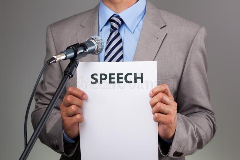 Rede mit Mikrofon stockbild