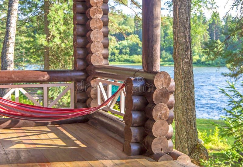 Rede na floresta da luz solar perto do rio fotos de stock
