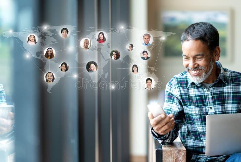 Rede social dos meios, conexão de rede global e povos conectando pelo mundo inteiro o mapa Utilização madura feliz de sorriso do  imagens de stock