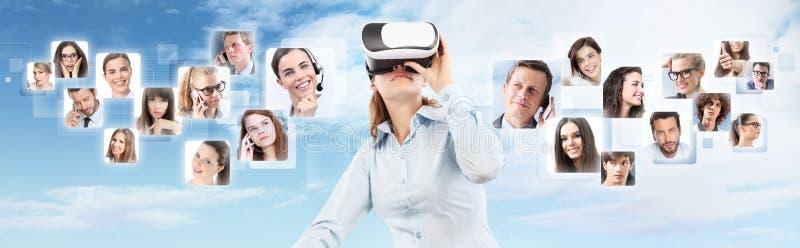 Rede social e conceito global do contato Vestir da mulher virtual foto de stock royalty free