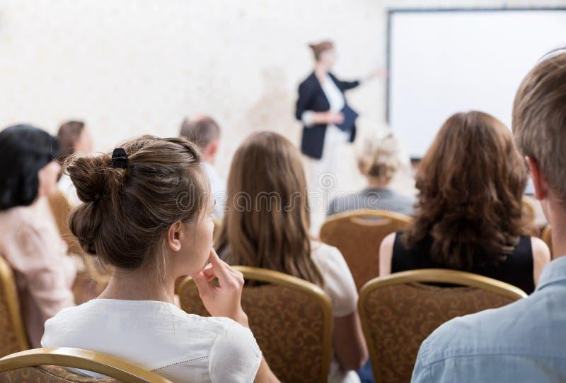 Rede während des Symposiums lizenzfreies stockfoto