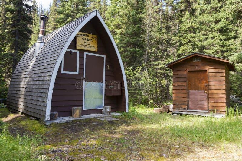 Redearth zatoczki leśniczego beli Drewniana kabina i Outhouse Banff parka narodowego Kanadyjskie Skaliste góry obrazy royalty free