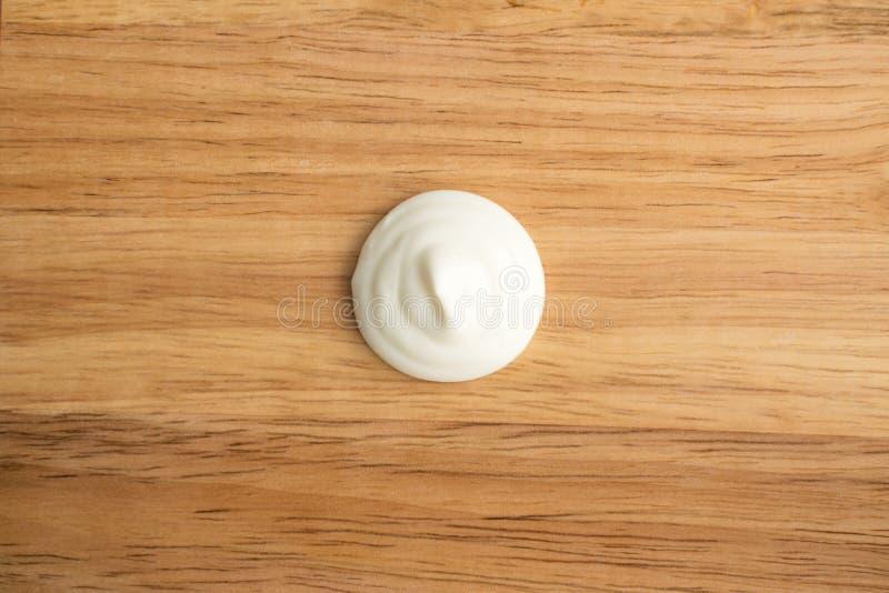 Redemoinho do creme de leite ou iogurte branco em um fundo de madeira fotos de stock