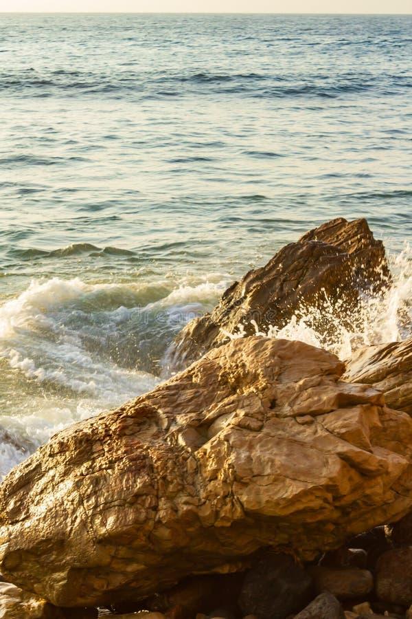 Redemoinho do oceano em torno dos pedregulhos com respingo com textura da extensão do oceano fotografia de stock